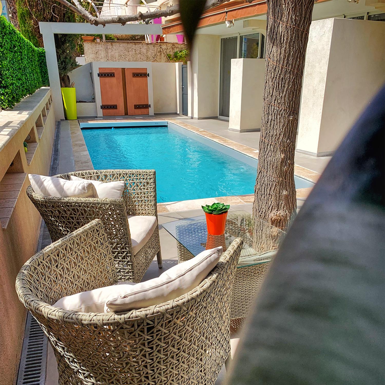 La piscine extérieure de l'hôtel Beau Soleil